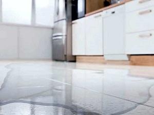 Почему течет холодильник снизу
